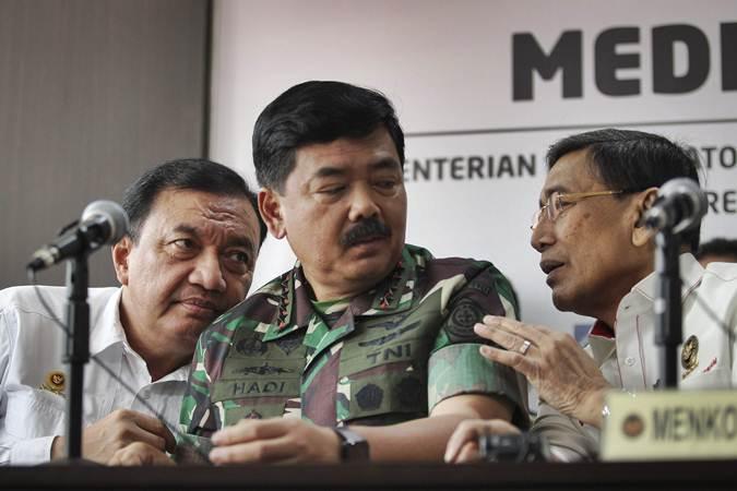Menko Polhukam Wiranto (kanan) bersama Panglima TNI Marsekal TNI Hadi Tjahjanto (tengah) dan Kepala BIN Budi Gunawan (kiri) saat menyampaikan perkembangan pascakerusuhan di Jakarta pada Rabu (22/5/2019). - Antara/Dhemas Reviyanto