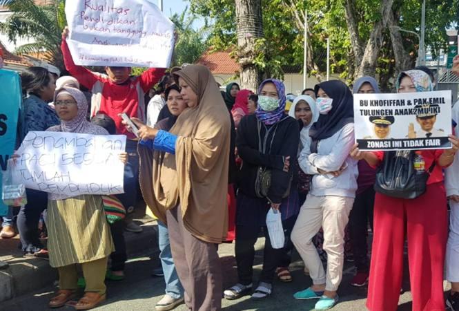 Suasana aksi demo warga Jawa Timur yang menuntut penghapusan sistem zonasi pendaftaran peserta didik baru (PPDB) di depan Gedung Grahadi Surabaya, Rabu (19/6/2019). - Bisnis/Peni Widarti