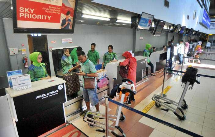 Ilustrasi - Calon penumpang pesawat udara, berada di konter check in, Bandara Internasional Minangkabau (BIM), Padangpariaman, Sumatra Barat, Kamis (24/1/2019). - ANTARA/Iggoy el Fitra