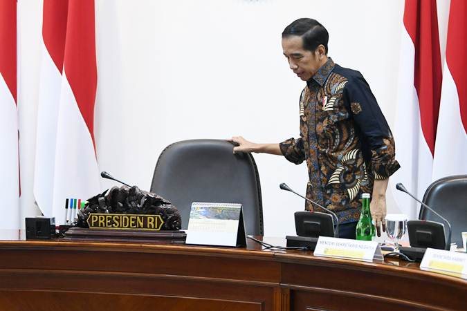 Presiden Joko Widodo ketika bersiap memimpin rapat terbatas persiapan KTT Asean dan KTT G20 di Kantor Presiden, Jakarta, Rabu (19/6/2019). - ANTARA/Wahyu Putro A