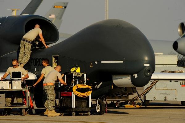 Kru Angkatan Udara AS mempersiapkan drone tipe RQ/4A Global Hawk untuk lepas landas / Reuters