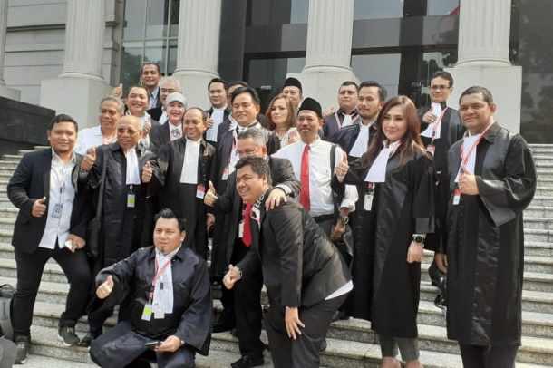 Kuasa Hukum Ucapkan Selamat Ulang Tahun untuk Jokowi Di Rehat Sidang Sengketa Pilpres - Bisnis.com/Lalu