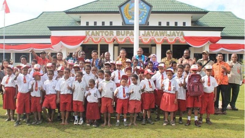 Siswa SD berfoto di depan Kantor Bupati Jayawijaya, Papua. - Antara/Marius Frisson Yewun