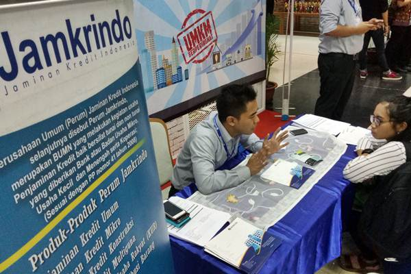 Karyawan Jamkrindo memberikan penjelasan mengenai produk penjaminan kredit - JIBI/Dedi Gunawan