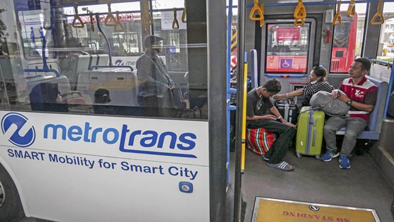 Pemudik menunggu keberangkatan bus TransJakarta di Terminal Pulo Gebang, Jakarta, Minggu (9/6/2019). - Transjakarta