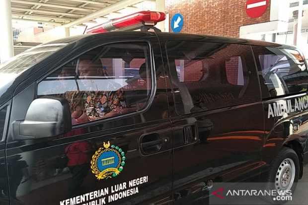Jenazah putra Ketua Mahkamah Agung (MA) Hatta Ali, Mohamad Irfan dibawa dengan ambulans Kementerian Luar Negeri dari Bandara Soekarno-Hatta, Cengkareng, Banten menuju rumah duka di kawasan Cipinang, Jakarta Timur, Sabtu (22/6) - ANTARA