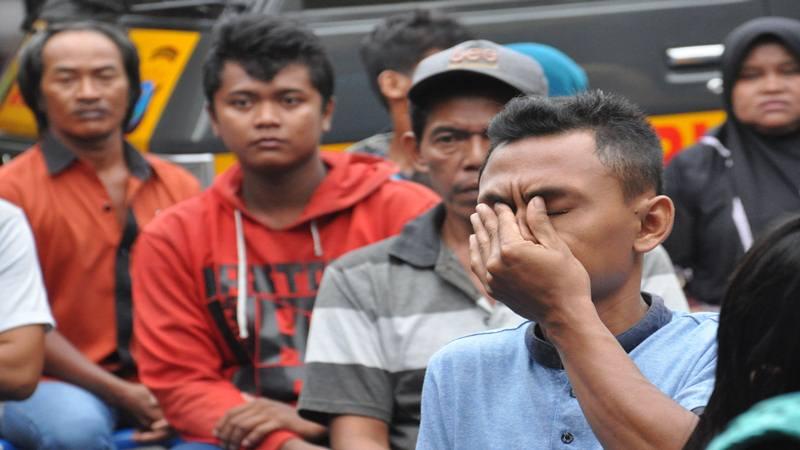 Para keluarga korban kebakaran pabrik korek api menunggu proses identifikasi jenazah di Rumah Sakit Bhayangkara Polda Sumut, di Medan, Sumatera Utara, Jumat (21/6/2019). - Antara