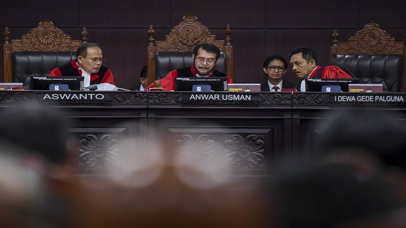 Hakim Konstitusi Saldi Isra (kiri), Arief Hidayat (tengah) dan Manahan MP Sitompul (kanan) berbincang saat memimpin sidang lanjutan Perselisihan Hasil Pemilihan Umum (PHPU) presiden dan wakil presiden di gedung Mahkamah Konstitusi, Jakarta, Kamis (20/6/2019). - Antara