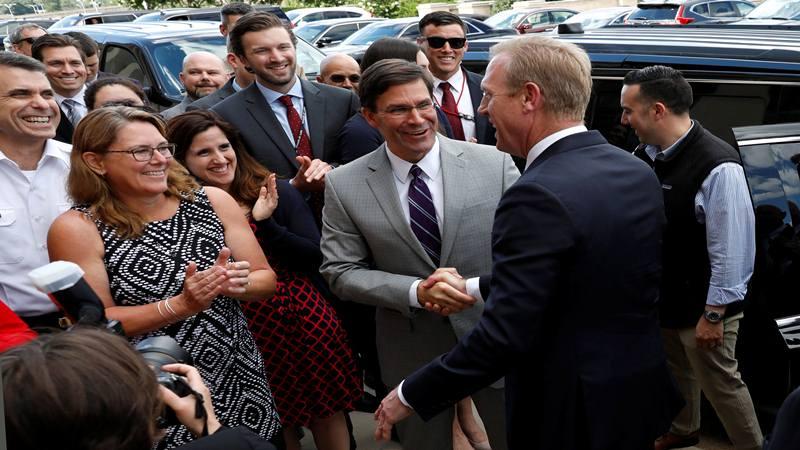 Pejabat Sekretaris Pertahanan Patrick Shanahan (kanan) berjabat tangan dengan calon Sekretaris Pertahanan berikutnya Mark Esper ketika ia meninggalkan Pentagon di Arlington, Virginia, AS, 21 Juni 2019. - Reuters