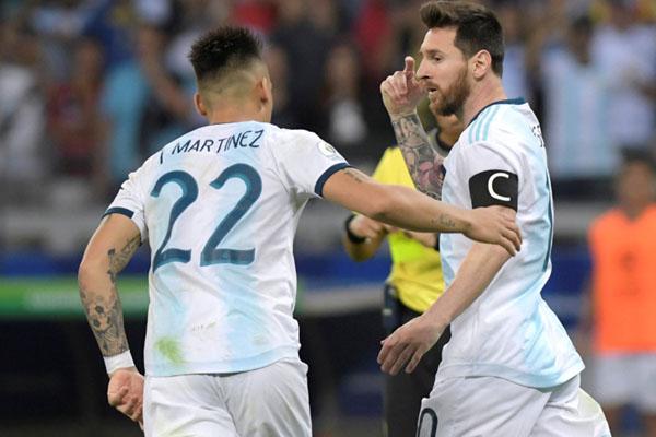 Dua penyerang andalan Timnas Argentina, Lionel Messi (kanan) dan Lautaro Martinez. - Reuters/Washington Alves