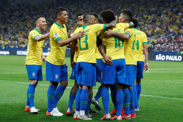 Para pemain Brasil merayakan gol kelima ke gawang Peru. - Reuters/Henry Romero