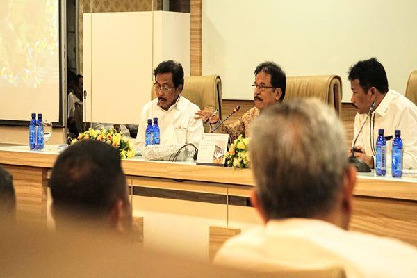 Menteri ATR - Kepala BPN Sofyan A Djalil didampingi Walikota Batam Muhammad Rudi (kanan) dan Gubernur Kepulauan Riau (Kepri) Nurdin Basirun (kiri)
