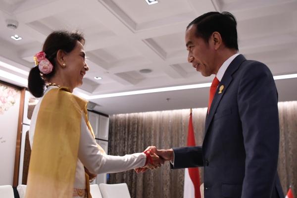 Presiden Joko Widodo (kanan) berjabat tangan dengan Pemimpin Myanmar Aung San Suu Kyi saat pertemuan bilateral Indonesia-Myanmar di sela-sela KTT ASEAN ke-34 di Bangkok, Thailand, Sabtu (22/6/2019). - ANTARA FOTO/Puspa Perwitasari