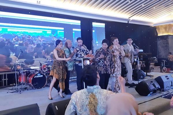 Rektor Universitas Sebelas Maret Jamal Wiwoho bernyanyi bersama para alumni UNS - Bisnis/Eva Rianti