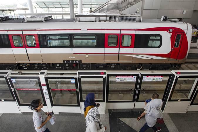 Warga bersiap mencoba kereta Lintas Rel Terpadu (LRT) saat uji publik di Stasiun Boulevard Utara, Kelapa Gading, Jakarta, Selasa (11/6/2019). - ANTARA/Dhemas Reviyanto