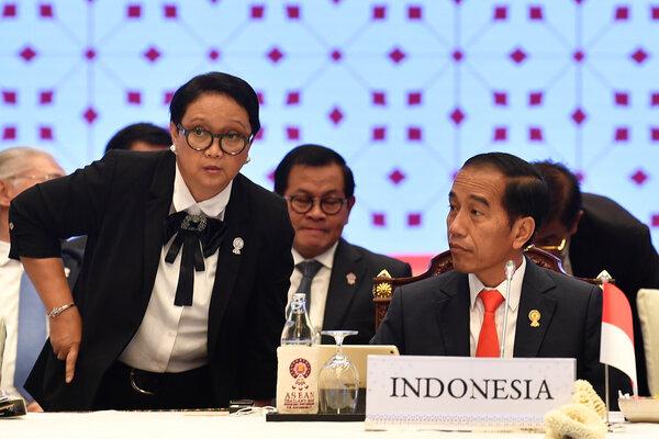 Presiden Joko Widodo (kanan) berbincang dengan Menteri Luar Negeri Retno Marsudi (kiri) saat 12th Indonesia-Malaysia-Thailand Growth Triangle Summit (IMT-GT SUMMIT) di Bangkok, Thailand, Minggu (23/6/2019). Pertemuan IMT-GT ke-12 tersebut dilaksanakan disela-sela KTT ASEAN ke-34. - Antara/Puspa Perwitasari