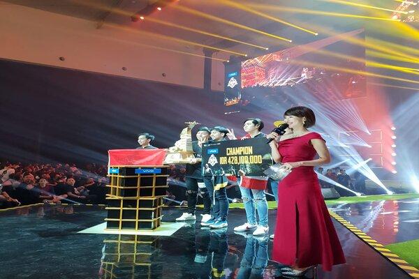 Tim PUBG asal Thailand RRQ Athena menerima piala dan sejumlah uang tunai setelah berhasil menjuarai turnamen PMOC 2019 di Tangerang, Banten. - Bisnis