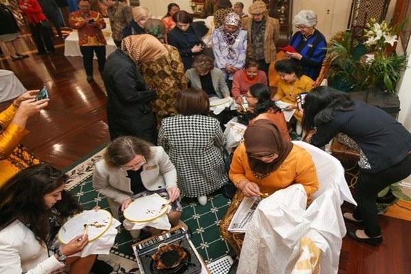 Kedutaan Besar Republik Indonesia (KBRI) Canberra, Australia, dan Dharma Wanita Persatuan (DWP) menggelar workshop batik khas Jawa Tengah pada akhir pekan lalu. - Bisnis/KBRI Canberra