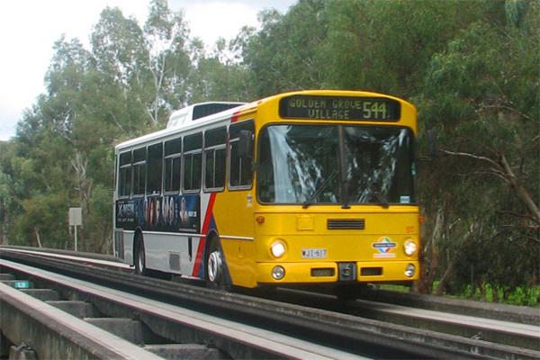 Ilustrasi - O-Bahn Busway adalah busway berpemandu yang merupakan bagian dari sistem transit bus cepat. O-Bahn Busway ini memadukan konsep BRT dan LRT dalam satu jalur yang sama. - Bisnis/wikipedia