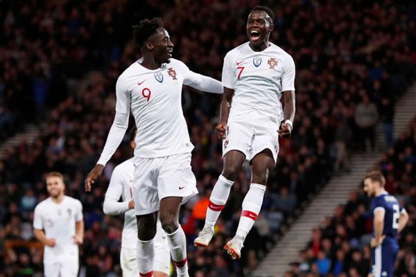 Bruma (kanan) merayakan gol pertamanya untuk Timnas Portugal bersama Eder. Dia mencetak gol ketika Portugal menundukkan Skotlandia 3 - 1 dalam pertandingan persahabatan Oktober tahun lalu. Kedua pemain itu kelahiran dan berdarah Guinea-Bissau, negara di Afrika. - Reuters/Lee Smith