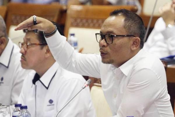 Menteri Ketenagakerjaan Hanif Dhakiri (kanan) didampingi Sekjen Hery Sudarmanto, menjawab anggota dewan dalam rapat kerja dengan Komisi IX , di Jakarta, Rabu (7/2/2018). - JIBI/Endang Muchtar