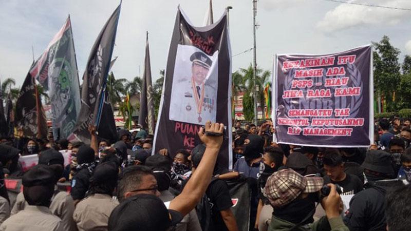 Suporter PSPS Pekanbaru menggelar aksi demonstrasi di depan kantor Gubernur Riau di Kota Pekanbaru pada Senin (24/6/2019). - Antara/Vera Luciana
