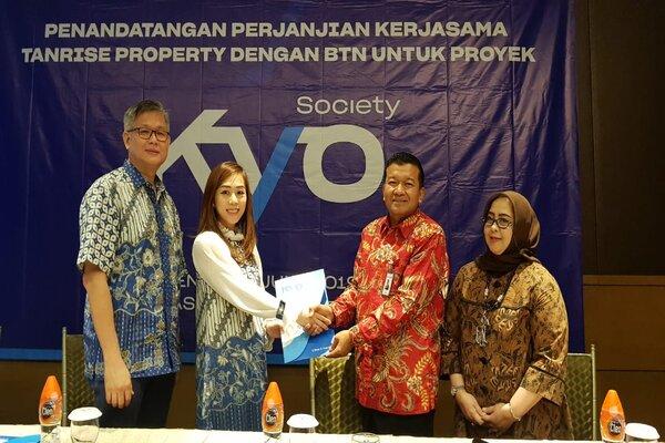 Direktur Utama Tanrise Property Belinda Natalia (kedua kiri) dan Kepala Cabang BTN Surabaya Waluyo (kedua kanan) saat melakukan penandatanganan kerja sama dalam rangka memfasilitasi kredit pemilikan apartemen (KPA) untuk proyek Kyo Society di Surabaya, Senin (24/6/2019). - Bisnis/Peni Widarti