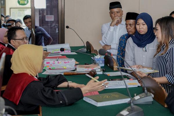 Terdakwa kasus mafia bola Dwi Irianto alias Mbah Putih (tengah), Priyanto (ketiga kanan) dan Anik Yuni Artika Sari (kedua kanan) sidang di PN Banjarnegara, Kamis (9/5/2019). Terdakwa kasus ini anggota Komisi Disiplin PSSI Dwi Irianto, Ketua Asprov PSSI Jateng yang juga anggota Komite Eksekutif PSSI Tjan Ling Eng alias Johar Ling Eng, mantan anggota Komite Wasit Priyanto dan anaknya Anik Yuni Artika Sari, Direktur Penugasan Wasit PSSI Mansyur Lestaluhu, serta wasit pertandingan Nurul Safarid. - Antara/Idhad Z.