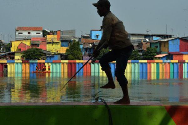 Petugas membersihkan sampah di Danau Sunter, Jakarta Utara, pada Jumat (29/6/2018). - Antara/Wahyu Putro