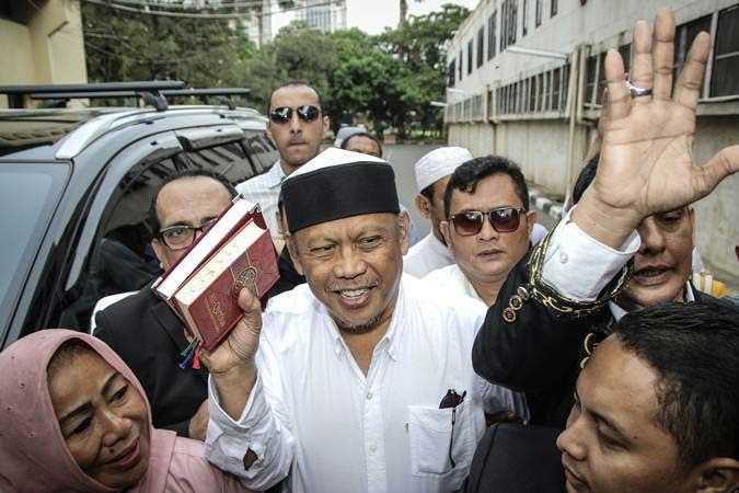 Politikus PAN Eggi Sudjana (tengah) bersiap menjalani pemeriksaan di Dirkrimum Polda Metro Jaya, Jakarta, Senin (13/5/2019). - ANTARA/Jaya Kusuma