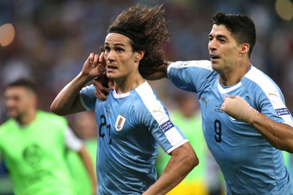 Dua penyerang Timnas Uruguay, Edinson Cavani (kiri) dan Luis Suarez, merayakan gol ke gawang Cile. - Reuters/Ricardo Moraes