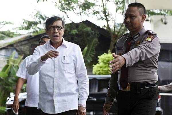 Menteri Hukum dan HAM Yasonna Laoly bersiap menjalani pemeriksaan di gedung KPK, Jakarta, Senin (3/7). - ANTARA/Hafidz Mubarak A
