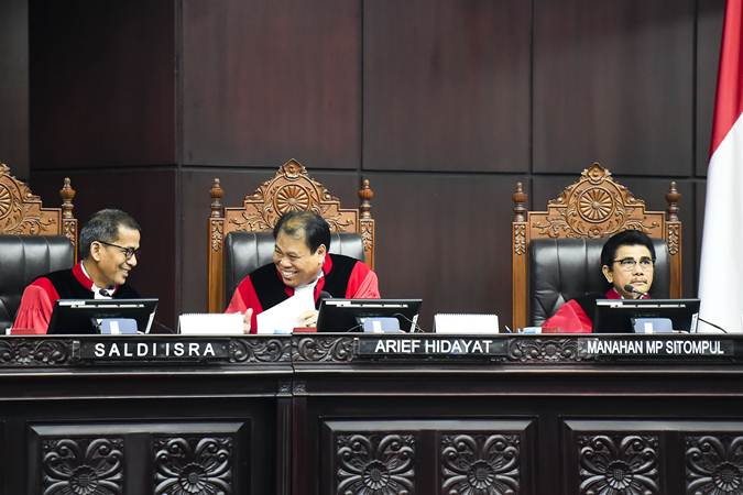 Hakim Konstitusi Saldi Isra (kiri), Arief Hidayat (tengah) dan Manahan MP Sitompul (kanan) berbincang saat memimpin sidang lanjutan Perselisihan Hasil Pemilihan Umum (PHPU) presiden dan wakil presiden di gedung Mahkamah Konstitusi, Jakarta, Kamis (20/6/2019). - ANTARA/Galih Pradipta
