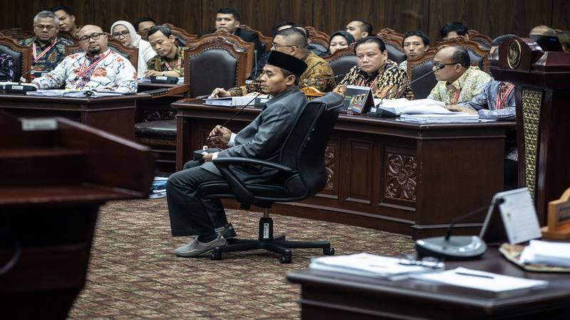 Saksi dari pihak terkait Anas Nashikin (tengah) mengikuti sidang Perselisihan Hasil Pemilihan Umum (PHPU) presiden dan wakil presiden di Gedung Mahkamah Konstitusi, Jakarta, Jumat (21/6/2019). Sidang tersebut beragendakan mendengar keterangan saksi dan ahli dari pihak terkait yakni paslon nomor urut 01 Joko Widodo (Jokowi)-Ma'ruf Amin. - Antara