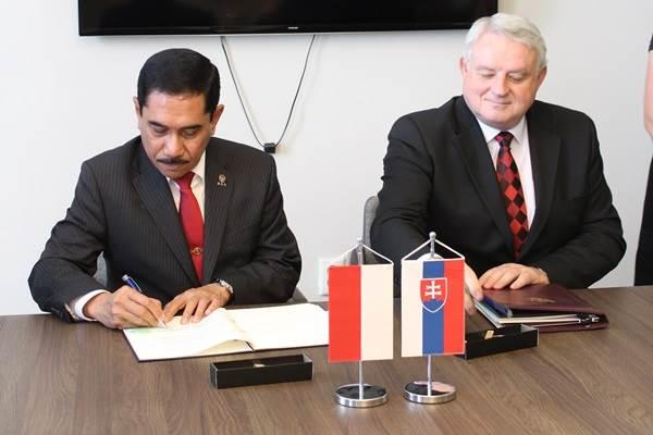 Kepala BNPT Suhardi Alius dan Menteri Dalam Negeri Slowakia Michal Bagacka melakukan penandatanganan MoU Kerja Sama Penanganan Terorisme - Dok. KBRI Bratislava