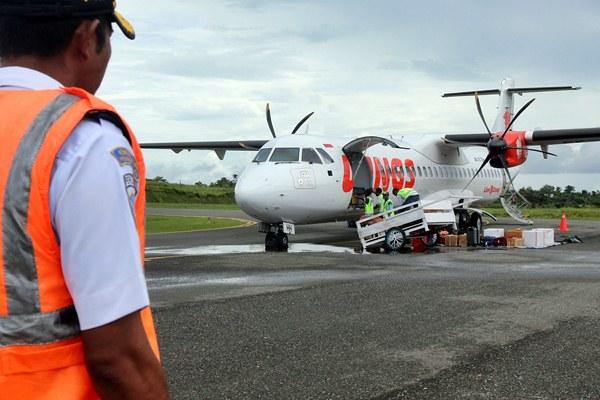 Petugas otoritas bandara mengawasi aktivitas pesawat Wings Air sesaat setelah mendarat di Bandara Rar Gwamar, Dobo, Kepulauan Aru, Maluku, Rabu (29/3). - Izaac Mulyawan