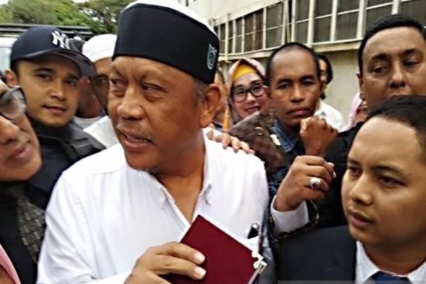 Tersangka kasus dugaan makar Eggi Sudjana ditemani kuasa hukumnya datang ke Polda Metro Jaya, Jakarta, Senin (13/5/2019). - Antara