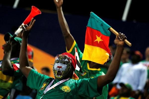 Suporter Kamerun setelah timnasnya menaklukkan Guinea-Bissau di Piala Afrika 2019. - Reuters/Amr Abdallah Dalsh