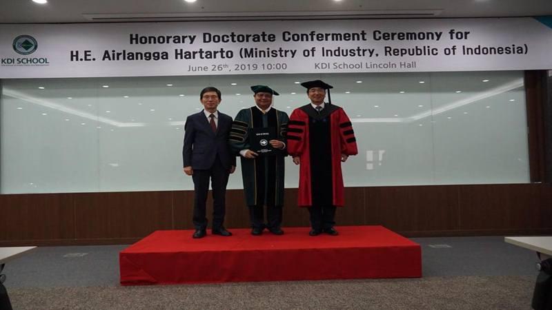 Airlangga Hartarto dan Chairman NRC Seong Kyoung Ryung (kiri) dan Dean KDI School You Jong-Il (kanan) usai dianugerahi gelar Doktor Kehormatan oleh KDI School. - Istimewa