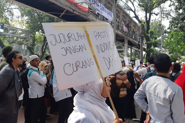 Demonstran saat aksi menjelang sidang putusan sengketa hasil Pilpres 2019 di Jakarta, Rabu (26/6/2019). - Bisnis.com/Samdysara Saragih Area lampiran