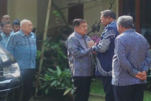 Wakil Presiden Jusuf Kalla berkunjung ke kediaman Susilo Bambang Yudhoyono di Cikeas. - Bisnis/Anggara Pernando
