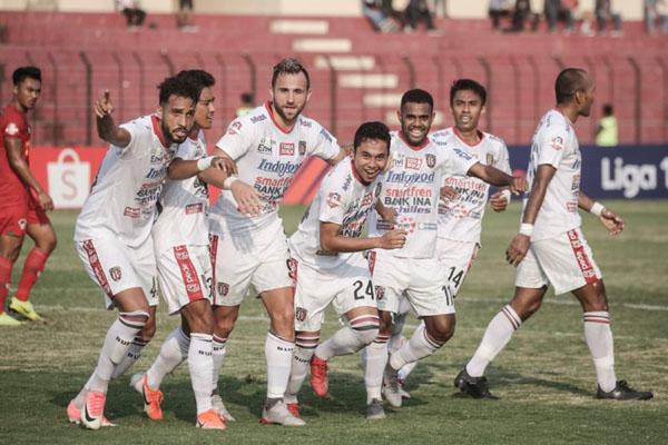 Reaksi pemain Bali United setelah Ricky Fajrin (tengah, 24) menjebol gawang Kalteng Putra. - Baliutd.com
