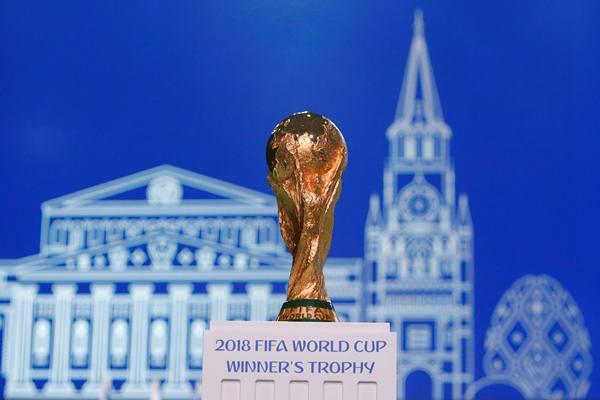 Trofi Piala Dunia FIFA 2018 dipamerkan sebelum Kongres FIFA ke-68 di Moskow, Rusia 13 Juni 2018. - Reuters