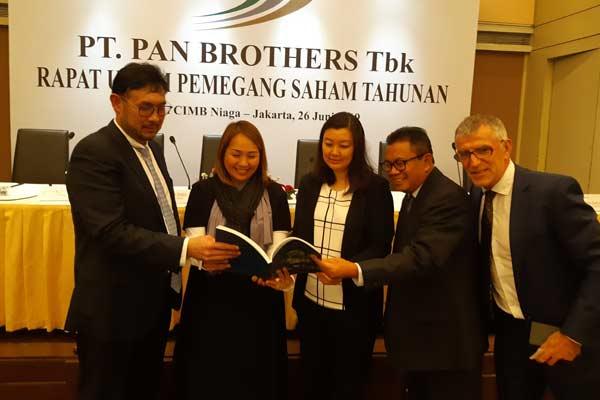 Jajaran direksi dan komisaris PT Pan Brother seusai rapat umum pemegang saham tahunan di Jakarta, Rabu (26/6/2019).  - BISNIS.COM/Annisa S. RIni