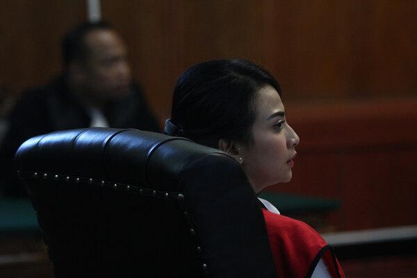 Terdakwa kasus dugaan penyebaran konten asusila Vanessa Angel menjalani sidang putusan di Pengadilan Negeri (PN) Surabaya, Jawa Timur, Rabu (26/6/2019). Majelis hakim menjatuhkan vonis terhadap Vanessa Angel dengan hukuman lima bulan penjara. - Antara/Moch Asim