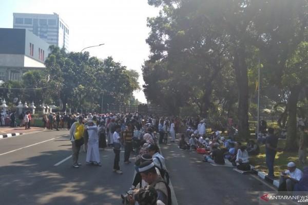 Massa berkumpul di sekitar Gedung Kementerian Pertahanan untuk ikut dalam unjuk rasa jelang sidamg putusan Mahkamah Konstitusi, Kamis (27/6 - 2019). (Asep Firmansyah)