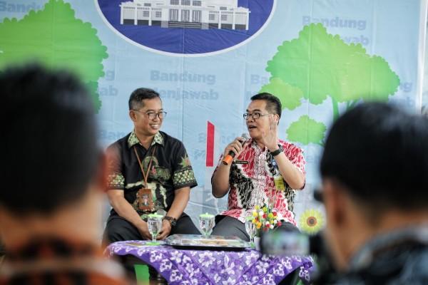 Kepala Dinas Pekerjaan Umum (DPU) Kota Bandung, Didi Ruswand (kiri) memaparkan progres pembangunan Wetland Park, Kamis (27/6 - 2019).