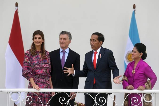 Presiden Joko Widodo (kedua kanan) didampingi Ibu Negara Iriana Joko Widodo (kanan) berbincang dengan Presiden Argentina Mauricio Macri (kedua kiri) dan istri Juliana Awada (kiri) di Istana Bogor, Rabu (26/6/2019). - ANTARA/Akbar Nugroho Gumay