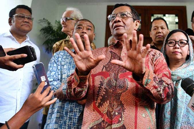 Para tokoh Gerakan Suluh Kebangsaan Mahfud MD (tengah), Frans Magnis Suseno (kedua kiri), Romo Benny Sutrisno (ketiga kiri), Alissa Wahid (kanan) dan Wasekjen DPP PDIP Eriko Sotarduga (kiri) memberikan keterangan kepada wartawan seusai Silaturahmi Kebangsaan di kediaman Megawati Soekarnoputri, di Jakarta, Jumat (17/5/2019). - ANTARA/Sigid Kurniawan