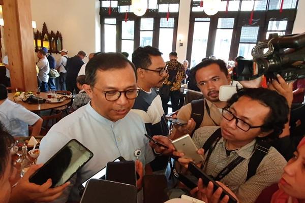 Plt. Direktur Utama GMF AeroAsia Tazar M. Kurniawan sedang menjawab pertanyaan wartawan usai acara Halal Bihalal dengan manajemen GMF, Selasa (25/6/2019). - Bisnis/Rio Sandy Pradana